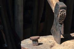 O machado ? martelado em uma plataforma de madeira foto de stock royalty free