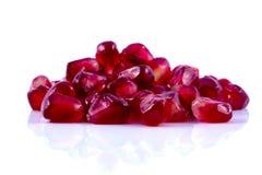 O macro descascou o fruto maduro da romã com gotas de água Foto de Stock Royalty Free