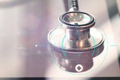 O macro do estúdio de um estetoscópio e a tabuleta digital com raso FAZEM foto de stock