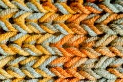 O macro fez malha o lenço com as linhas coloridas do fio de mescla foto de stock