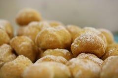 O macro pulverizou bolas nuts da bola dos anéis de espuma da filhós da massa do açúcar Imagens de Stock