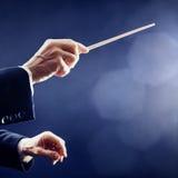 O maestro da música entrega a orquestra imagem de stock royalty free