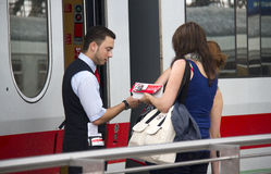 O maestro de trem verifica bilhetes Imagem de Stock
