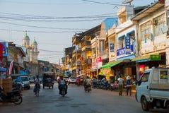 O mainstreet de Mawlamyine, Myanmar, com a mesquita bonita myanmar burma imagem de stock royalty free