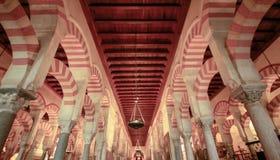 O mais forrest das colunas na grande mesquita em Córdova, Espanha fotos de stock royalty free