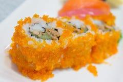 O maki Califórnia do sushi rola com ponto do foco seletivo foto de stock