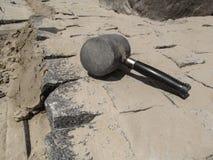 O malho de borracha encontra-se nas pedras de pavimentação recentemente colocadas do granito Imagem de Stock