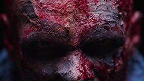 O maníaco do zombi é assustador de seus dentes que tentam morder video estoque