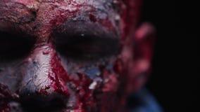 O maníaco do zombi é assustador de seus dentes que tentam morder vídeos de arquivo