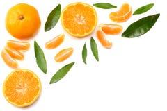 o mandarino com as fatias e a folha verde isoladas na opinião superior do fundo branco Foto de Stock Royalty Free