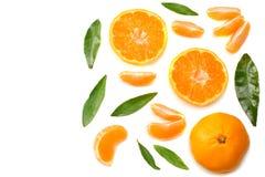 o mandarino com as fatias e a folha verde isoladas na opinião superior do fundo branco Fotos de Stock
