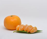 o mandarino com close-up das folhas em um branco Foto de Stock Royalty Free