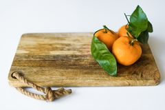 O mandarino com ramos em um fundo branco imagens de stock royalty free