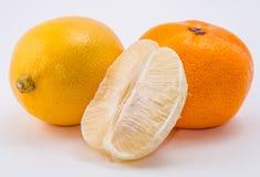 O mandarino e limão no fundo branco fotos de stock royalty free