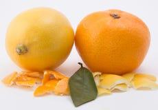 O mandarino e limão no fundo branco fotografia de stock royalty free