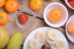 O mandarino, morango, pêssego, bananas e laranja coloridos frescos da composição dos frutos Imagens de Stock Royalty Free