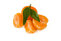 O mandarino ou tangerina com folhas e descascada Fotografia de Stock