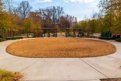 O mandril oval do gramado e do bosque dos líderes em Piedmont estaciona, Atlanta foto de stock