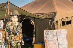 O manequim vestiu-se na parte dianteira militar de uma barraca Foto de Stock