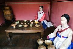 O manequim vestiu-se no hanbok no palácio de Hwaseong Haenggung, Coreia imagens de stock royalty free