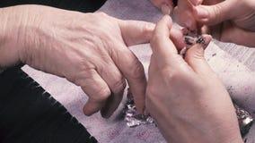 O manicuro remove o verniz do gel de seus pregos video estoque