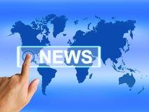 O mapa da notícia mostra o jornalismo ou meios mundiais Fotografia de Stock Royalty Free