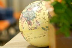O mapa do mundo do globo, explora o conceito do curso do destino fotografia de stock royalty free