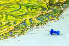 O mapa velho de Crimeia emitiu no ies 1960 de URSS As cidades da inscrição no russo Yalta, Nikita, Massandra, etc. O Pin do ponte imagem de stock royalty free