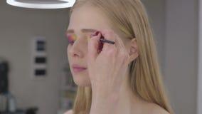 O maquilhador faz modelos da composição da arte vídeos de arquivo