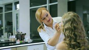O maquilhador profissional tonifica o pastel louro do whith da sobrancelha dos modelos video estoque