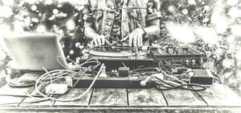 9o março Dia DJ do mundo DJ que joga a música no close up do misturador DJ no telecontrole em um clube noturno, na festa privada  Imagens de Stock
