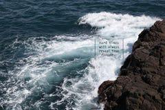 O mar acena com um provérbio positivo fotos de stock