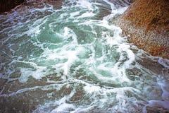 O mar acena deixar de funcionar contra as rochas, Koh Samui Imagens de Stock Royalty Free