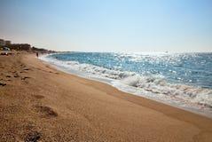 O mar acena na praia em Malgrat de março, Espanha Imagens de Stock