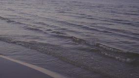 O mar acena na praia na noite filme