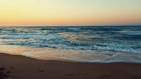 O mar acena no banco filme
