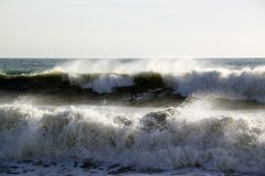 O mar acena a quebra na costa com espuma do mar Fotos de Stock Royalty Free