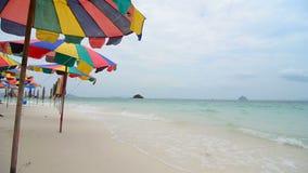 O mar acena sobre a praia da areia filme