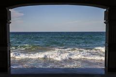 O mar azul acena em um dia claro que vê completamente um quadro da estrutura foto de stock