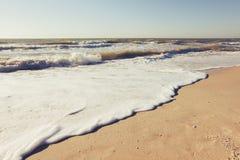 O mar azul das horas de verão acena o sol e a areia amarelos imagens de stock