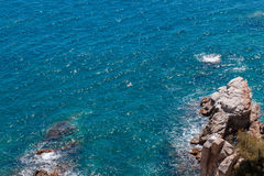 O mar azul do verão com a rocha Imagem de Stock Royalty Free