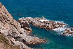 O mar azul do verão com a rocha Imagens de Stock Royalty Free