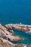 O mar azul do verão com a rocha Imagem de Stock