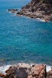O mar azul do verão com a rocha Fotografia de Stock