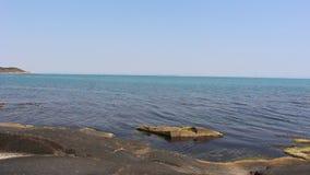 O mar azul emocionante de seda bonito em uma rocha em Bulgária vídeos de arquivo
