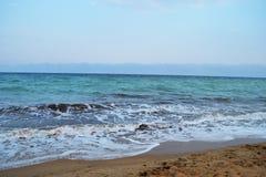 O mar azul esverdeado espuma com um céu azul na tarde do verão fotos de stock