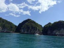 O mar azul no krabi fotos de stock