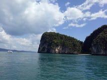 O mar azul no krabi foto de stock