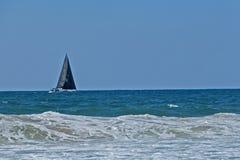 O mar azul sob um céu azul Fotos de Stock