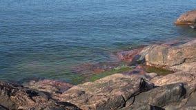 O mar Báltico bateu nas rochas da península de Hanko, dia de julho finland video estoque
